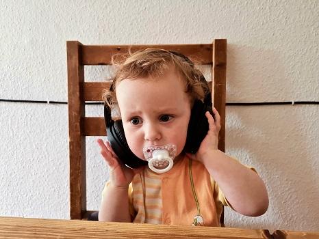 Come un bambino ascolta attento, così siamo chiamati ad ascoltare e a far entrare nel cuore le parole di vita.