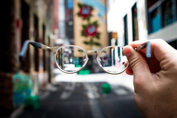 Abbiamo tutti qualche diottria mancante. L'importante non è fare a gara per chi ci vede di più, ma aiutarci a chiarire la visione per camminare insieme.