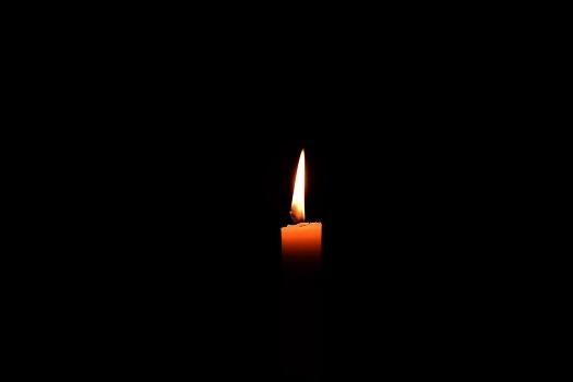 Anche nell'oscurità ci fa bene metterci in ascolto: c'è sempre una luce accesa, in lontananza.